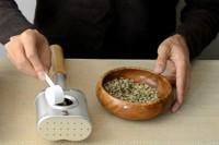 写真:煎り上手に生豆を入れる