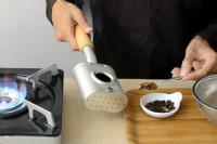 写真:焙煎の豆の色を確認