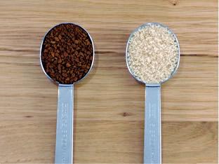 ダルゴナコーヒーレシピ1 インスタントコーヒーと砂糖(粗糖)がそれぞれ大さじに入った様子