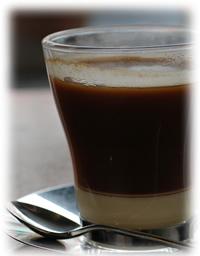 夜に飲むコーヒーのイメージ