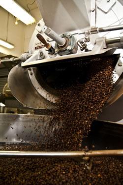 コーヒー自社焙煎の様子