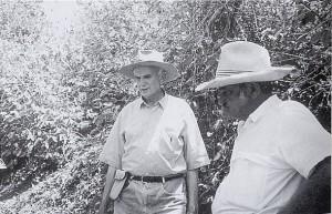 現場監督のニーノと農場を歩くカルロス
