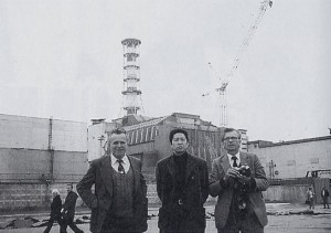 1995年9月28日、事故を起こしたチェルノブイリ原発4号炉の前で