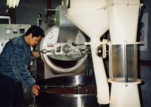 無農薬コーヒーの焙煎作業