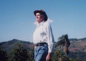農場を眺めるカルロス