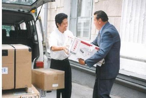 アントン・ロマノフスキー赤十字総裁に薬など贈呈
