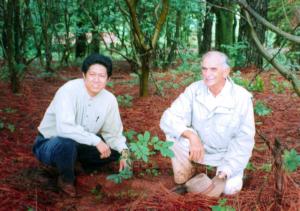 植樹した場所で 生前のカルロスさんと中村