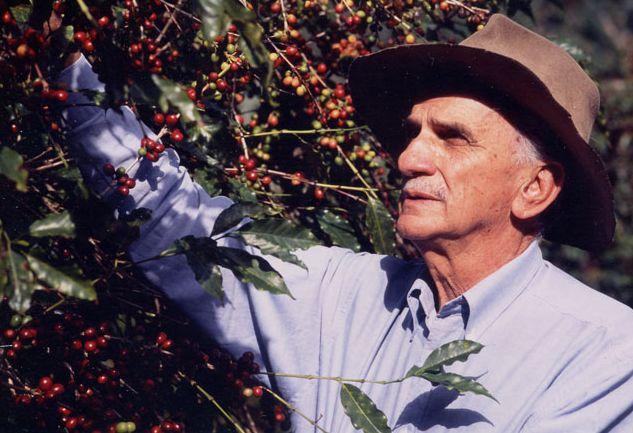 カルロスさんと、たわわに実った赤いコーヒー