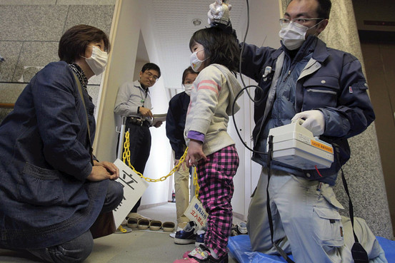 マスクをして放射能検査を受ける幼女