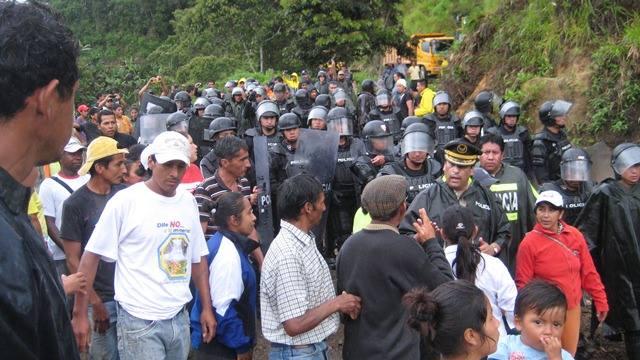 フニンに入った警察隊と対峙する住民