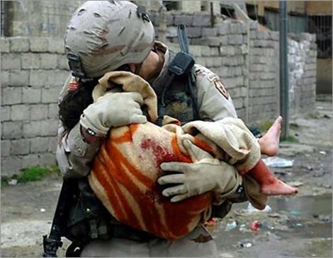 イラク戦争 犠牲になった子どもを抱く米兵