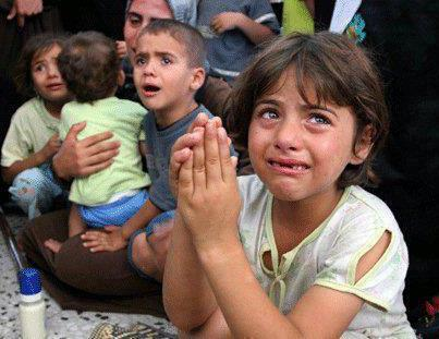 手を合わせて泣いているイラクの女の子