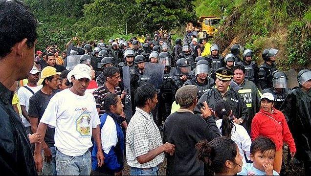 フニン村住人と警官隊