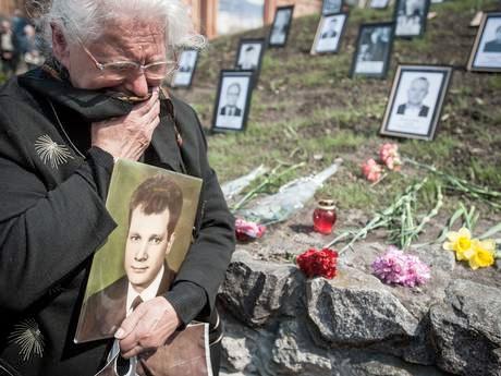 Chernobyl04 遺影を持って泣く親
