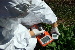防護服で放射線計測