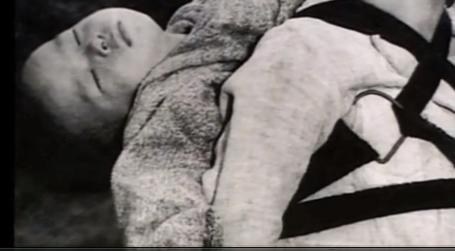 焼き場に立つ少年が背負っているのは、原爆で死んだ弟