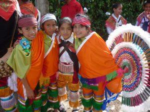 伝統舞踊の衣装を着た子どもたち